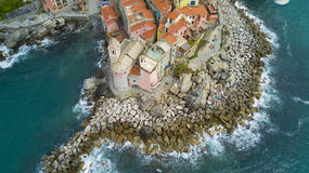 Tiro aéreo da foto com o zangão em Tellaro, vila Ligurian famosa perto do Cinqueterre Fotos de Stock Royalty Free