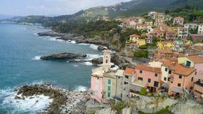 Tiro aéreo da foto com o zangão em Tellaro, vila Ligurian famosa perto do Cinqueterre Imagens de Stock
