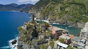 Tiro aéreo da foto com o zangão em Vernazza um do Cinqueterre famoso Fotos de Stock Royalty Free