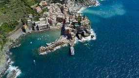 Tiro aéreo da foto com o zangão em Vernazza um do Cinqueterre famoso Imagem de Stock Royalty Free