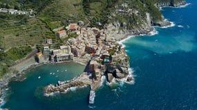 Tiro aéreo da foto com o zangão em Vernazza um do Cinqueterre famoso Foto de Stock Royalty Free