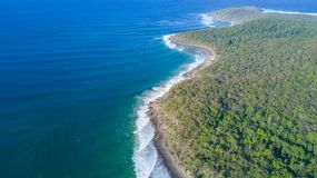 Tiro aéreo da linha da costa em torno de Noosa na costa da luz do sol Imagem de Stock Royalty Free