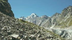 Tiro aéreo da neve do pico de montanhas do zangão do voo Rocha da montanha filme