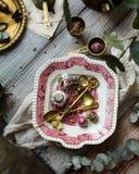 Tiro aéreo da placa do vintage com o ornamento cor-de-rosa com colheres, os filtros e chá de bronze do chiness imagens de stock