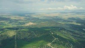 Tiro aéreo da planta de energias solares distante em montanhas de Sierra Nevada, Espanha filme