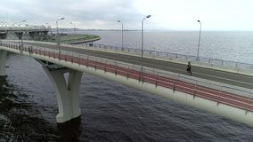 Tiro aéreo da ponte do beira-mar vídeos de arquivo