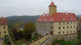 Tiro aéreo da ponte medieval real velha do castelo do vintage acima das paredes filme