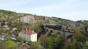 Tiro aéreo da ponte railway de pedra vídeos de arquivo