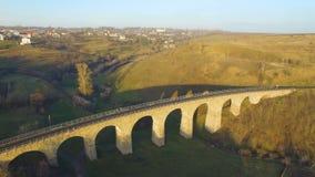 Tiro aéreo da ponte railway de pedra no por do sol com sombra interessante 4k filme
