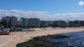 Tiro aéreo da praia em Povoa de Varzim, Portugal com o oceano no direito video estoque