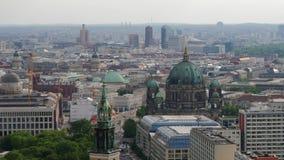 Tiro aéreo da skyline de Berlim vídeos de arquivo