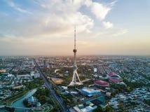 Tiro aéreo da torre da tevê de Tashkent durante o por do sol em Usbequistão imagem de stock