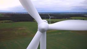 Tiro aéreo das lâminas de turbina brancas de trabalho do moinho de vento, indústria eco-amigável alternativa do close-up super da video estoque