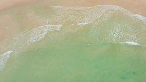 Tiro aéreo das ondas de oceano que deixam de funcionar contra uma praia bonita video estoque