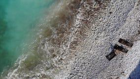 Tiro a?reo das ondas pequenas vazias da praia video estoque
