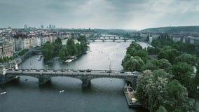 Tiro aéreo das pontes em Praga através do rio de Vltava, República Checa Fotografia de Stock Royalty Free
