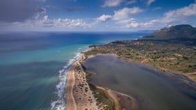 Tiro aéreo de aguas claras azules hermosas y un lago en Corfú Grecia Foto de archivo libre de regalías