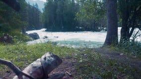 Tiro aéreo de arriba del hombre en kajak en el río que rabia con los rápidos almacen de video