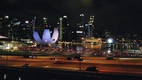 Tiro aéreo de Benjamin Sheares Bridge y de Marina Bay Area en Singapur en oscuridad Visión desde el abejón 1920x1080 metrajes