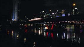 Tiro aéreo de Benjamin Sheares Bridge y de Marina Bay Area en Singapur en oscuridad Visión desde el abejón 1920x1080 almacen de metraje de vídeo