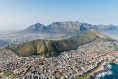 Tiro aéreo de Cape Town com foco no ponto do mar imagens de stock royalty free