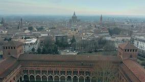Tiro aéreo de Castello histórico Visconteo ou castelo de Visconti e a arquitetura da cidade de Pavia, Itália vídeos de arquivo