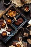 Tiro aéreo de cookies saborosos do chocolate caseiro com caramelo ou leite condensado em escuro - placa de madeira azul com o cop fotografia de stock