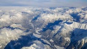 Tiro aéreo de cumes austríacos nevado do avião em um voo a imagens de stock