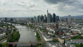 Tiro aéreo de Francoforte - são - skyline principal e o cano principal de rio germany filme