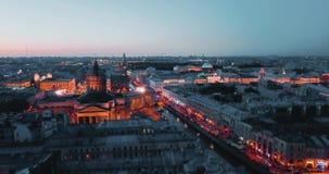 Tiro aéreo de Kazán Cathedal en la noche St Petersburg, Rusia ciudad desde arriba, vídeo cinemático del abejón, histórico almacen de video