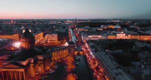 Tiro aéreo de Kazán Cathedal en la noche St Petersburg, Rusia ciudad desde arriba, vídeo cinemático del abejón, histórico almacen de metraje de vídeo