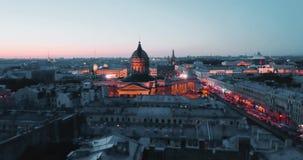 Tiro aéreo de Kazan Cathedal na noite St Petersburg, Rússia cidade de cima de, vídeo cinemático do zangão, histórico vídeos de arquivo