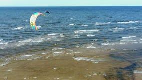 Tiro aéreo de kiteboarders y kitesurfers de la opinión superior 4k del abejón aéreo de Letonia del mar Báltico almacen de video