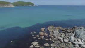 Tiro aéreo de la bahía de la costa costa con las rocas y los acantilados Cantidad aérea del abejón de las olas oceánicas que se l almacen de metraje de vídeo