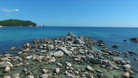 Tiro aéreo de la bahía de la costa costa con las rocas y los acantilados Cantidad aérea del abejón de las olas oceánicas que se l almacen de video