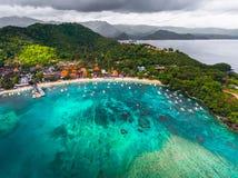 Tiro aéreo de la bahía tropical con la playa arenosa Foto de archivo libre de regalías
