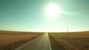 Tiro aéreo de la baja altitud de un camino rural en España en un día de verano soleado fotografía de archivo libre de regalías
