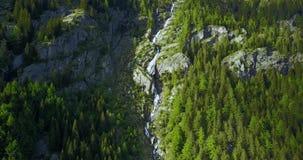 Tiro aéreo de la cascada alpina en las montañas italianas almacen de video