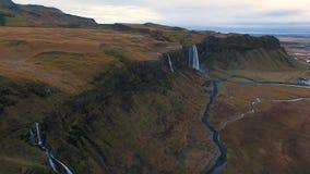 Tiro aéreo de la cascada de Seljalandsfoss almacen de video