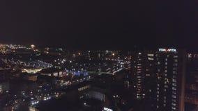 Tiro aéreo de la ciudad de Klaipeda, Lituania, en la noche durante la estación de la Navidad metrajes