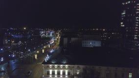 Tiro aéreo de la ciudad de Klaipeda, Lituania, en la noche durante la Navidad SeasonAerial de las decoraciones de la calle de la  almacen de video