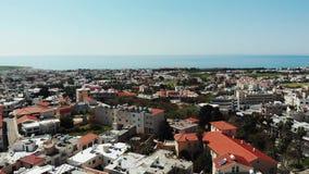 Tiro aéreo de la ciudad de los paphos con los tejados y los edificios el día soleado del verano Abejón sobre la ciudad de Chipre  almacen de video