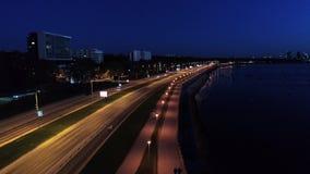 Tiro aéreo de la escena con la conducción de los coches en el camino de la costa costa en la noche metrajes