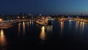 Tiro aéreo de la escena con la nave que se coloca en el puerto en la noche almacen de metraje de vídeo