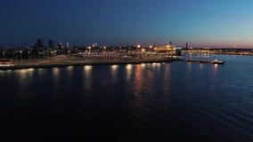 Tiro aéreo de la escena con la nave que se coloca en el puerto en la noche almacen de video