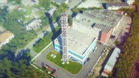 Tiro aéreo de la fábrica y de la chimenea viejas Vista aérea de la fábrica moderna existencias Tiro aéreo de la fábrica con venir Imagenes de archivo