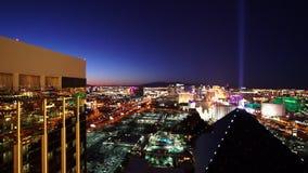Tiro aéreo de la gran tarde de los hoteles de Delano y de Luxor - ciudad de Las Vegas Nevada/USA