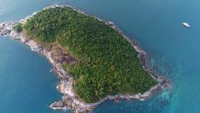 Tiro aéreo de la isla y del barco de Koh Bon en el mar Fotos de archivo