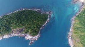 Tiro aéreo de la isla y del barco de Koh Bon en el mar Foto de archivo libre de regalías