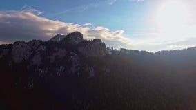 Tiro aéreo de la montaña en la puesta del sol almacen de metraje de vídeo